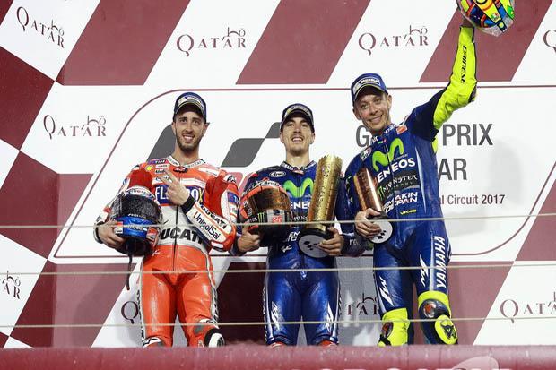 andrea_dovizioso-maverick_vinales-valentino_rossi_di_podium_juara_motogp_qatar_2017._(foto-motorsport)